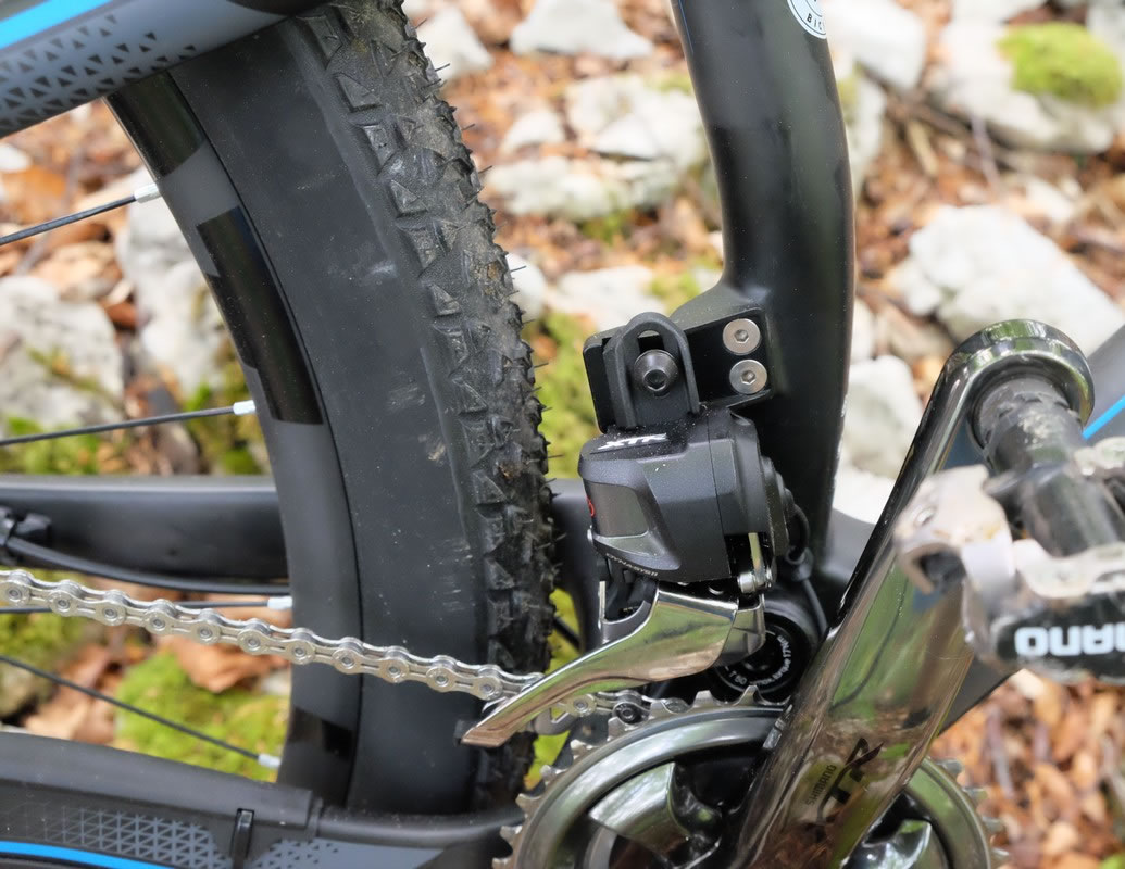 Easy to recognize: the electronic front derailleur has an e-box, somewhere above.
